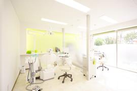 太陽がさしこむとほどよく暖かい治療室のイメージ